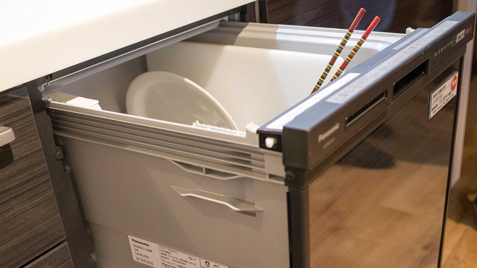 食器洗い乾燥機からさいばしが出ている
