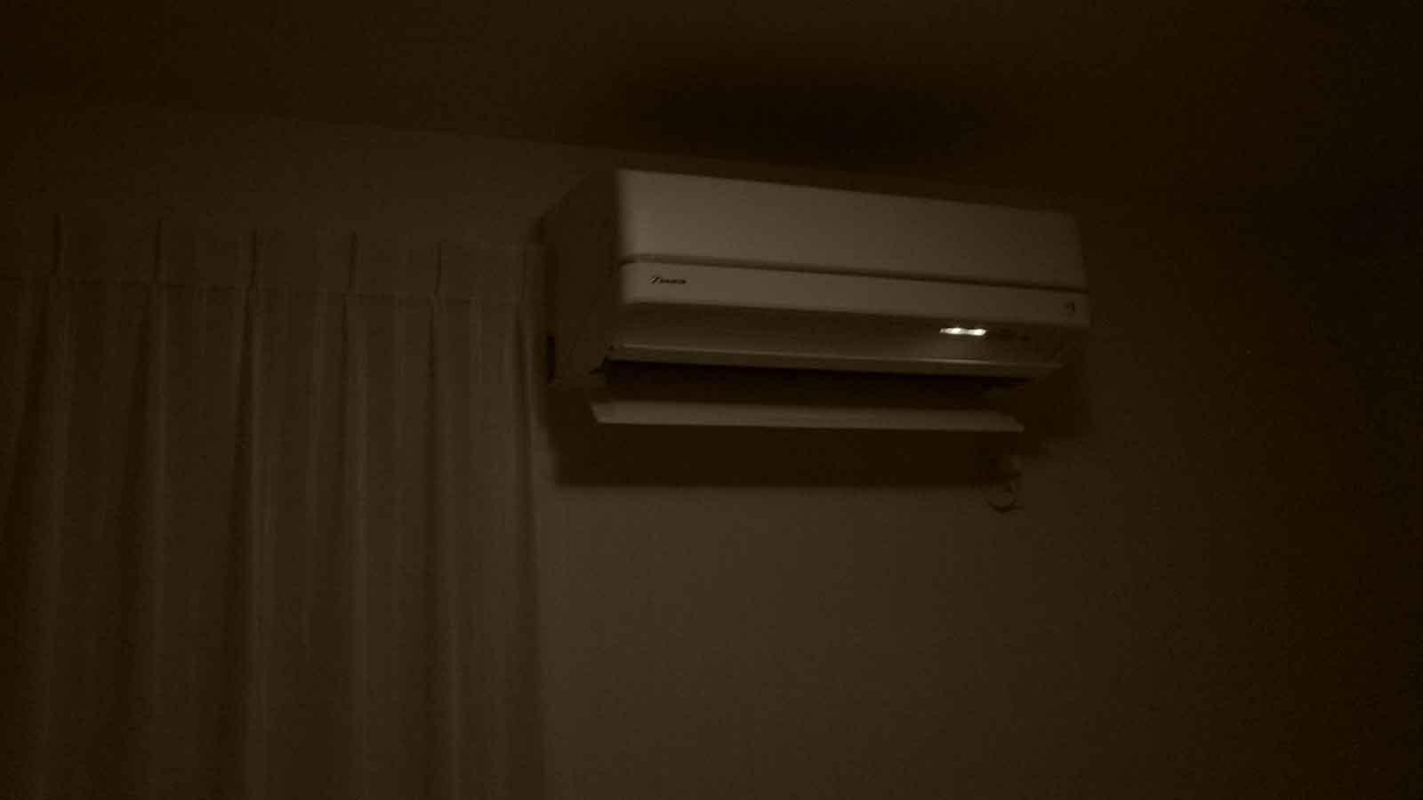 エアコンの電源を入れる