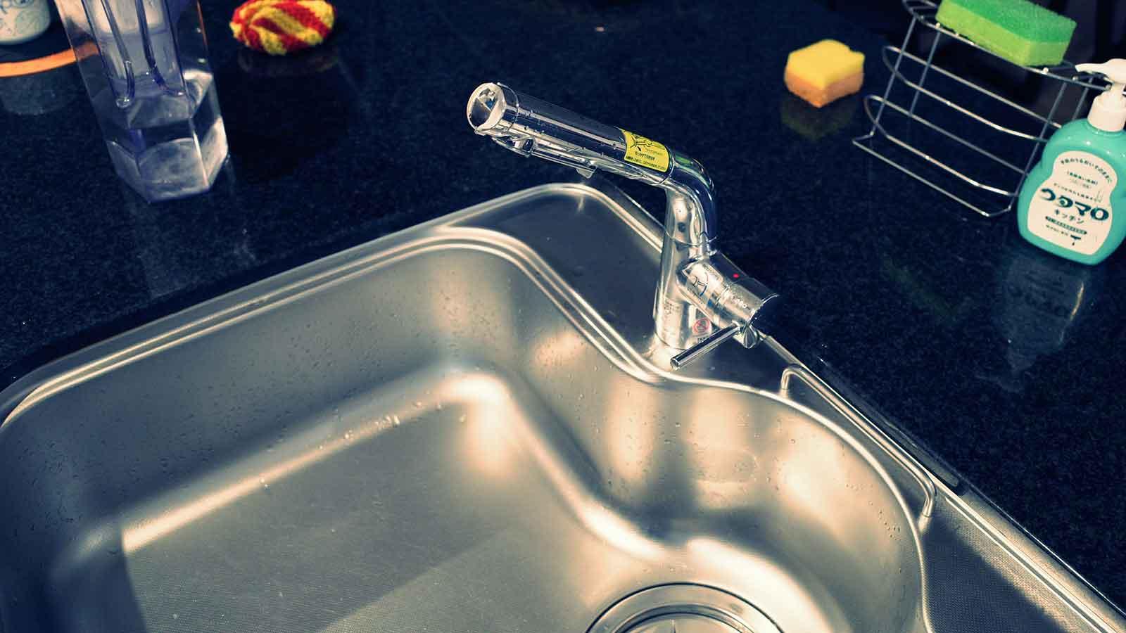 シャワー水栓のレバーは右手で操作